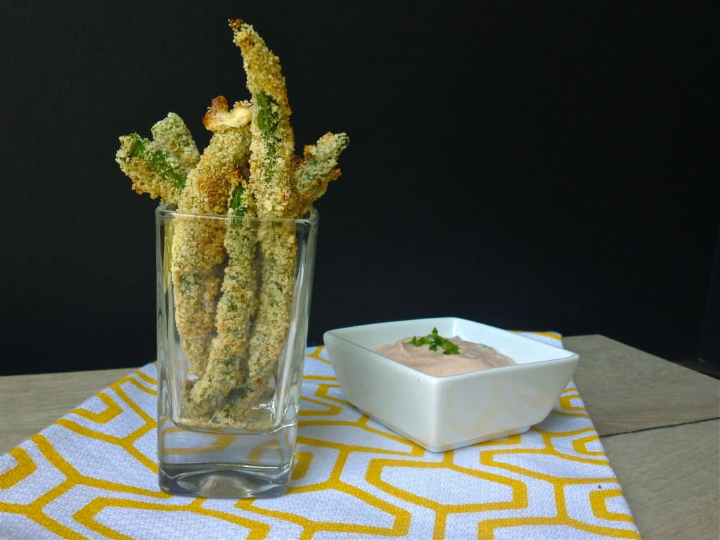 This lightened up, gluten free version of fried green bean appetizer is full of flavor and crunch. It's baked in the oven so need to add oil. Served with a jalapeno yogurt dip that takes this #appetizer to a whole new level. Repin and share with your #glutenfree friends. Via @JBraddockRD