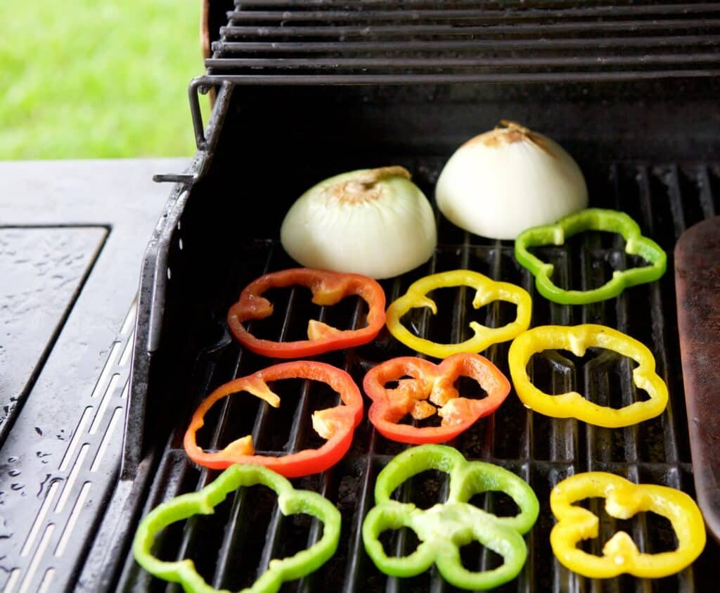 Summer veggies are the star of this simple and delicious Grilled Veggie Pizza recipe. THIS is how you can make pizza light and healthy!