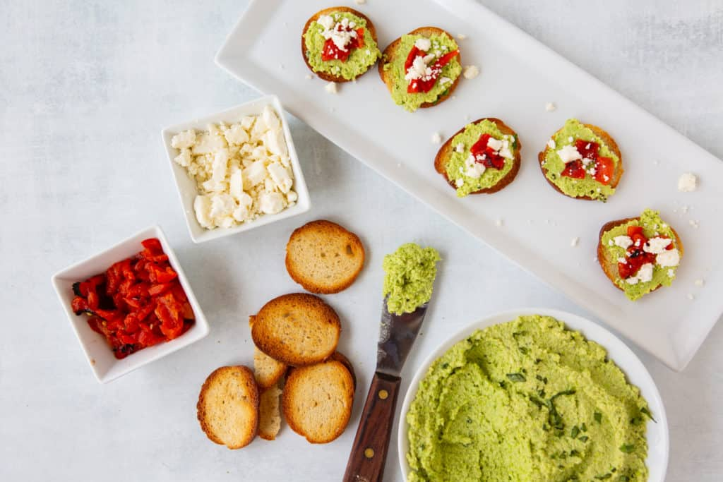 green healthy hummus recipe on crostini